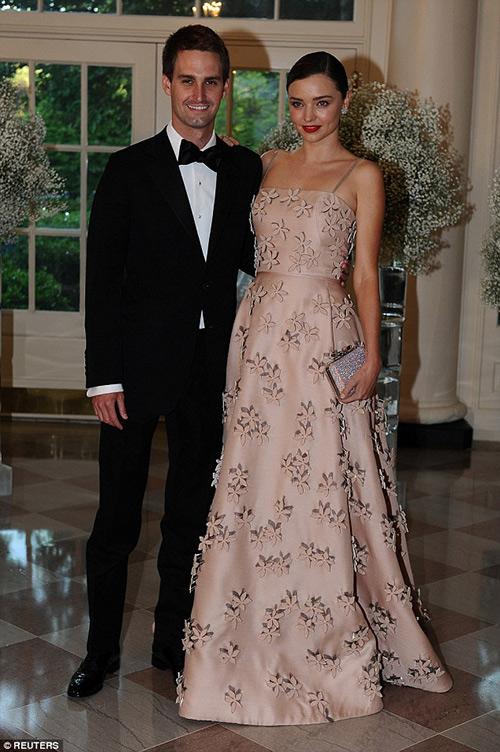 Miranda kerr váy hồng thướt tha cùng bạn trai dự tiệc - 4
