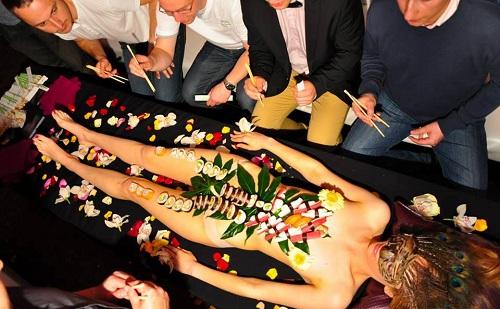 Nyotaimori - nghệ thuật sushi trên cơ thể trinh nữ - 1