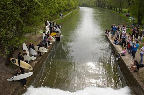 sóng biển trên mặt kênh trung tâm thành phố munich - 3