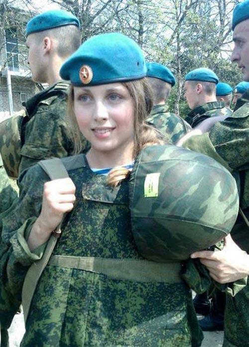 Ngỡ ngàng trước vẻ đẹp mê hoặc của nữ lính dù nga - 4
