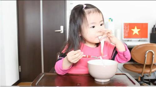 Bé 3 tuổi ăn uống cute hớp hồn dân mạng - 1