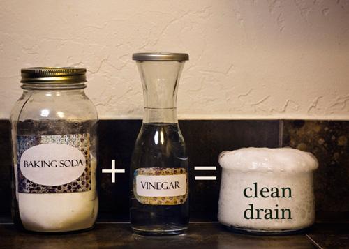 Bồn cầu sạch bong trong 7 phút bằng giấm và muối nở - 1