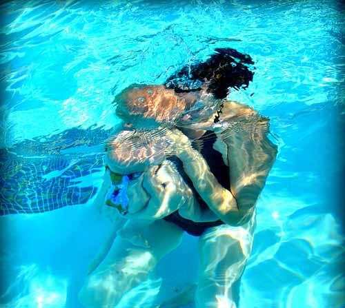 Chẳng khó dạy bé sơ sinh học bơi - 3