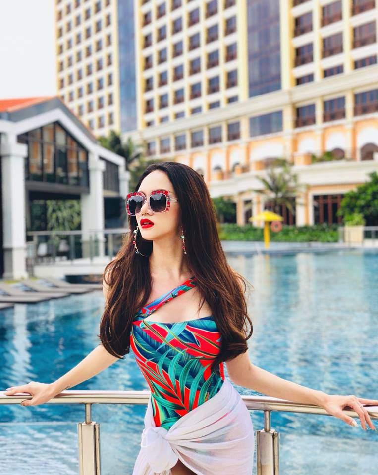 Hoa hậu hương giang khoe đường cong rực lửa catwalk điêu luyện cùng với bikini - 3