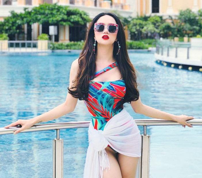 Hoa hậu hương giang khoe đường cong rực lửa catwalk điêu luyện cùng với bikini - 4