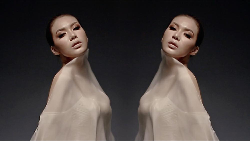 Siêu mẫu minh tú bất ngờ hóa nữ thần 2 đầu với thiết kế của chung thanh phong - 1
