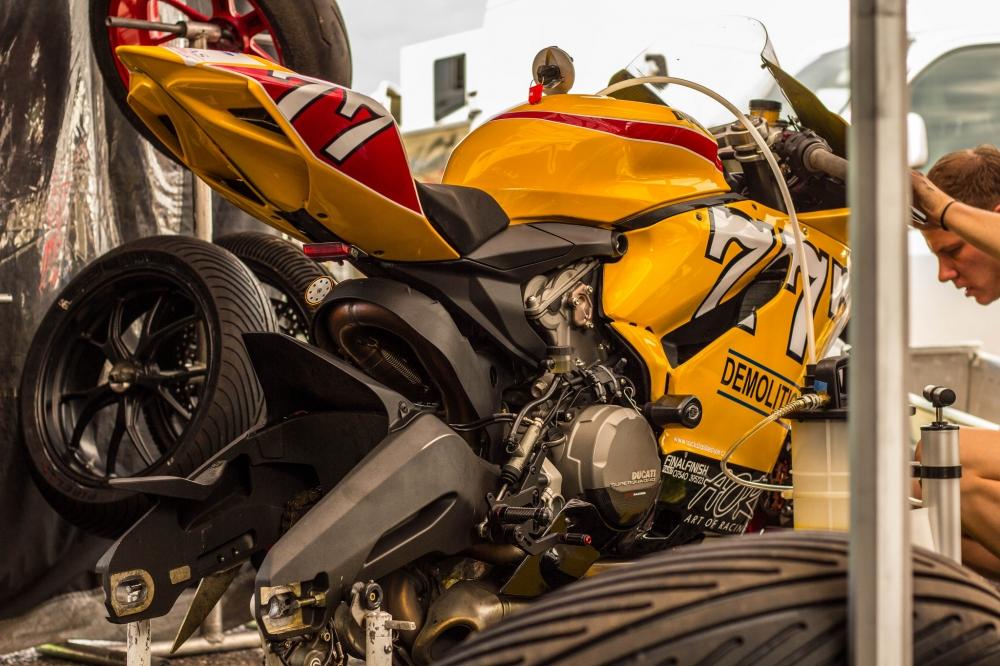 Siêu xe 899 panigale mạnh mẽ giựt ga đùng đùng trên sân đua - 2