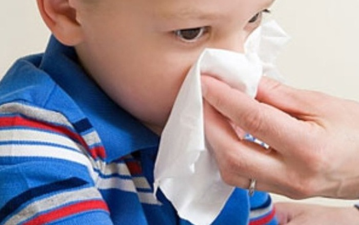 Trẻ bị chảy máu cam cẩn trọng với thời tiết mùa nắng - 1